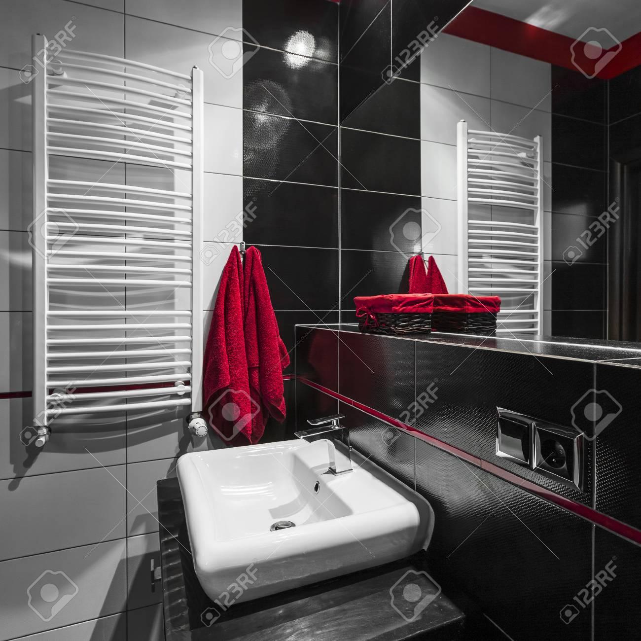 Cuarto De Baño Moderno De Azulejos En Blanco Y Negro Con Adornos De ...