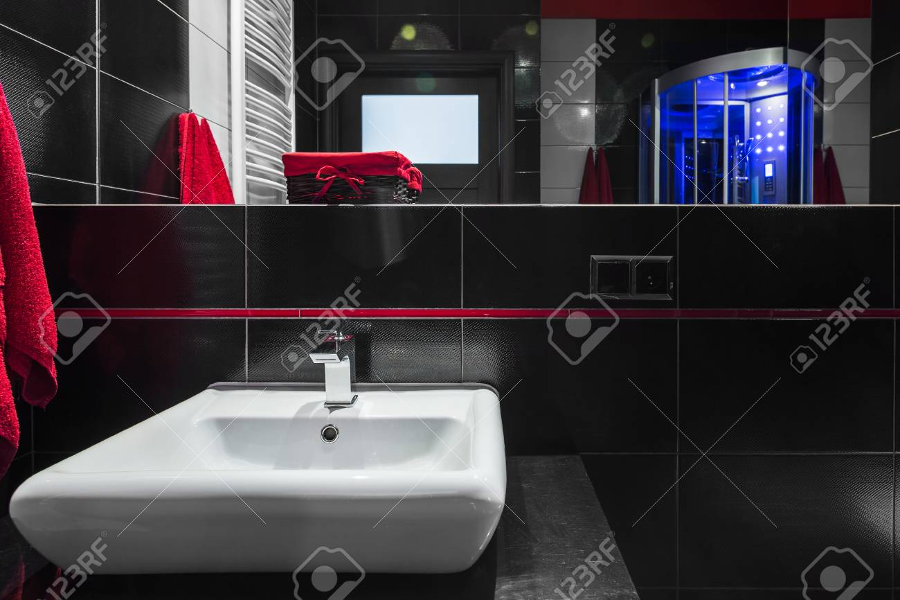Salle De Bain Moderne Avec Carrelage Mural Noir Grand Miroir Et