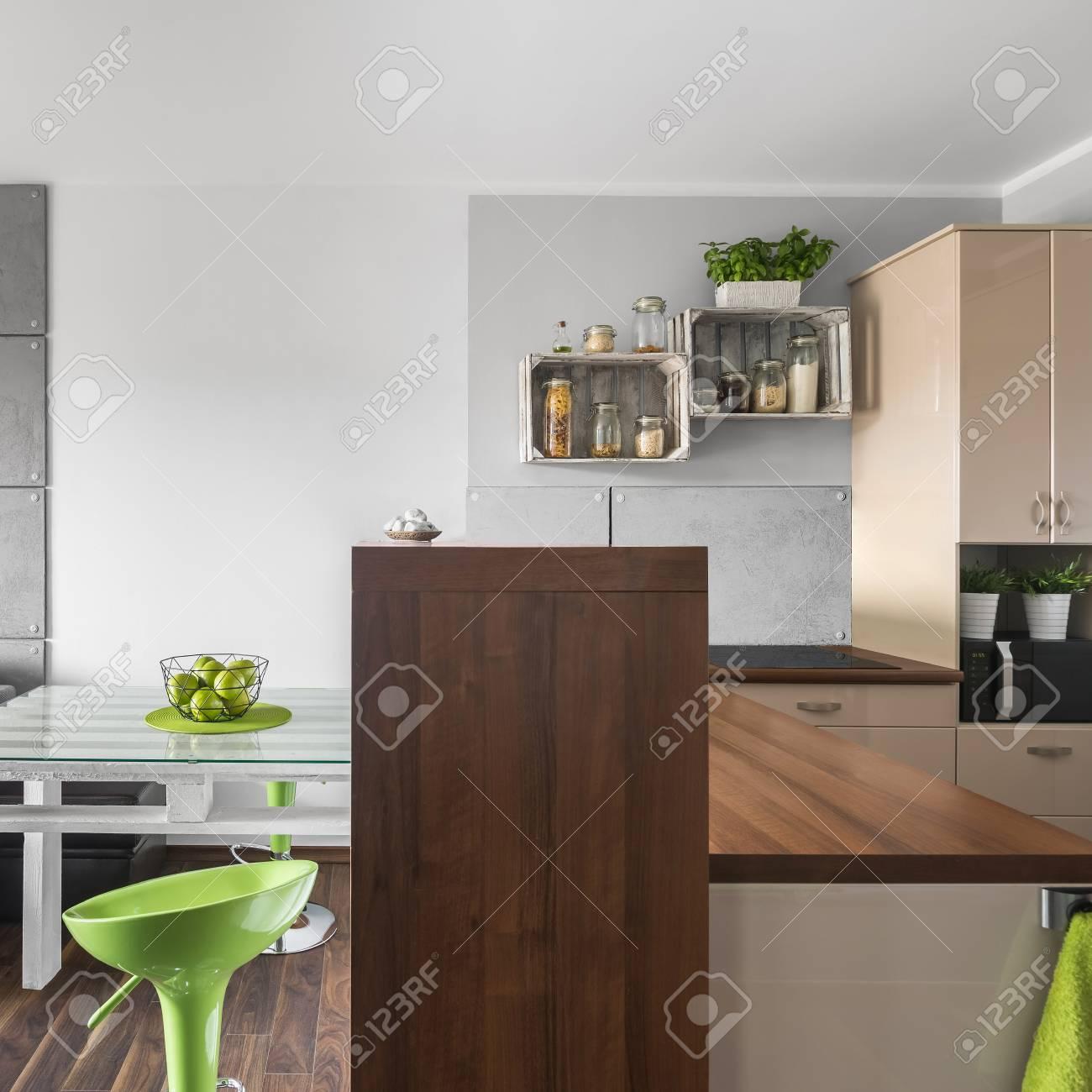 Cocina Pequeña Pero Elegante Conectada A La Sala De Estar De Diseño ...