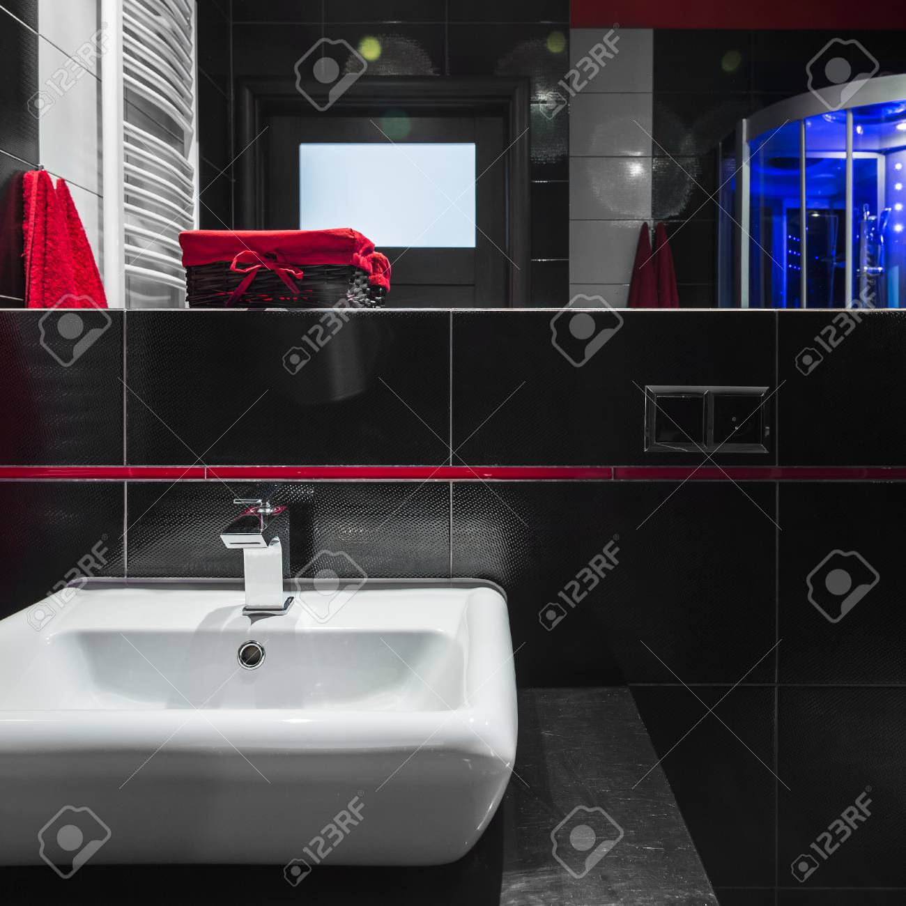 Einfache Weisse Waschbecken Im Modernen Badezimmer Mit Schwarzen