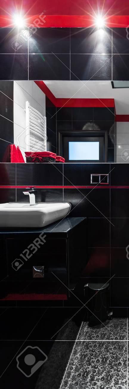 Vertikal Panorama Von Bad Inter Mit Schwarzen Fliesen Rot Details