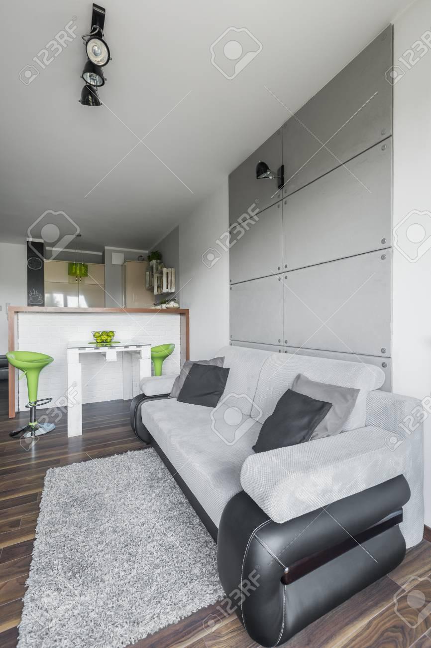 Einfache Und Ein Kleines Wohnzimmer Design In Grau Mit Modernen Grünen  Dekorationen Standard Bild