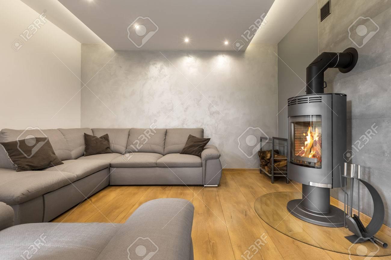 Grau Wohnzimmer Mit Kamin Ein Extra Grosses Sofa Bodenplatten Und