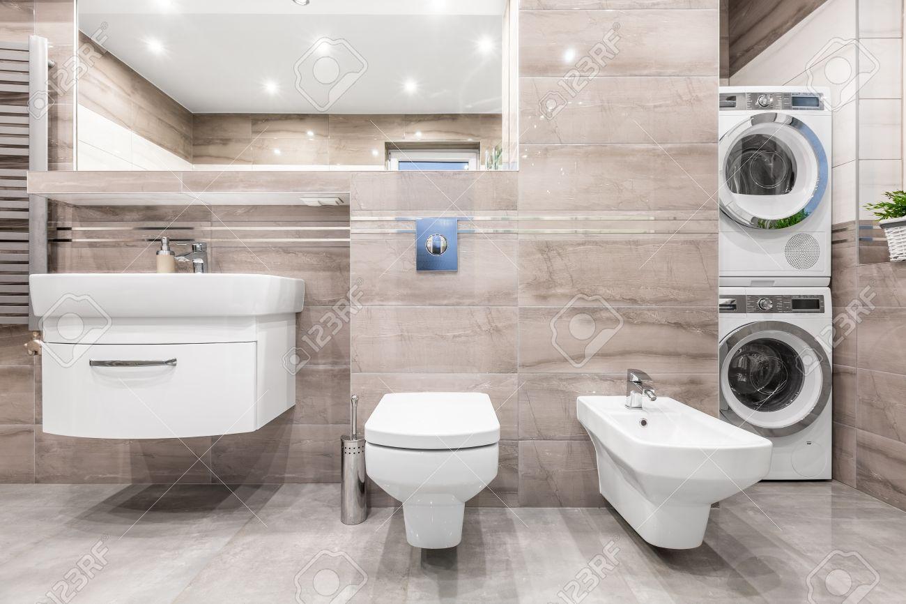 Gut Hochglanz Badezimmer Mit Waschbecken Schrank, Spiegel, WC, Bidet,  Waschmaschine Und Wäschetrockner