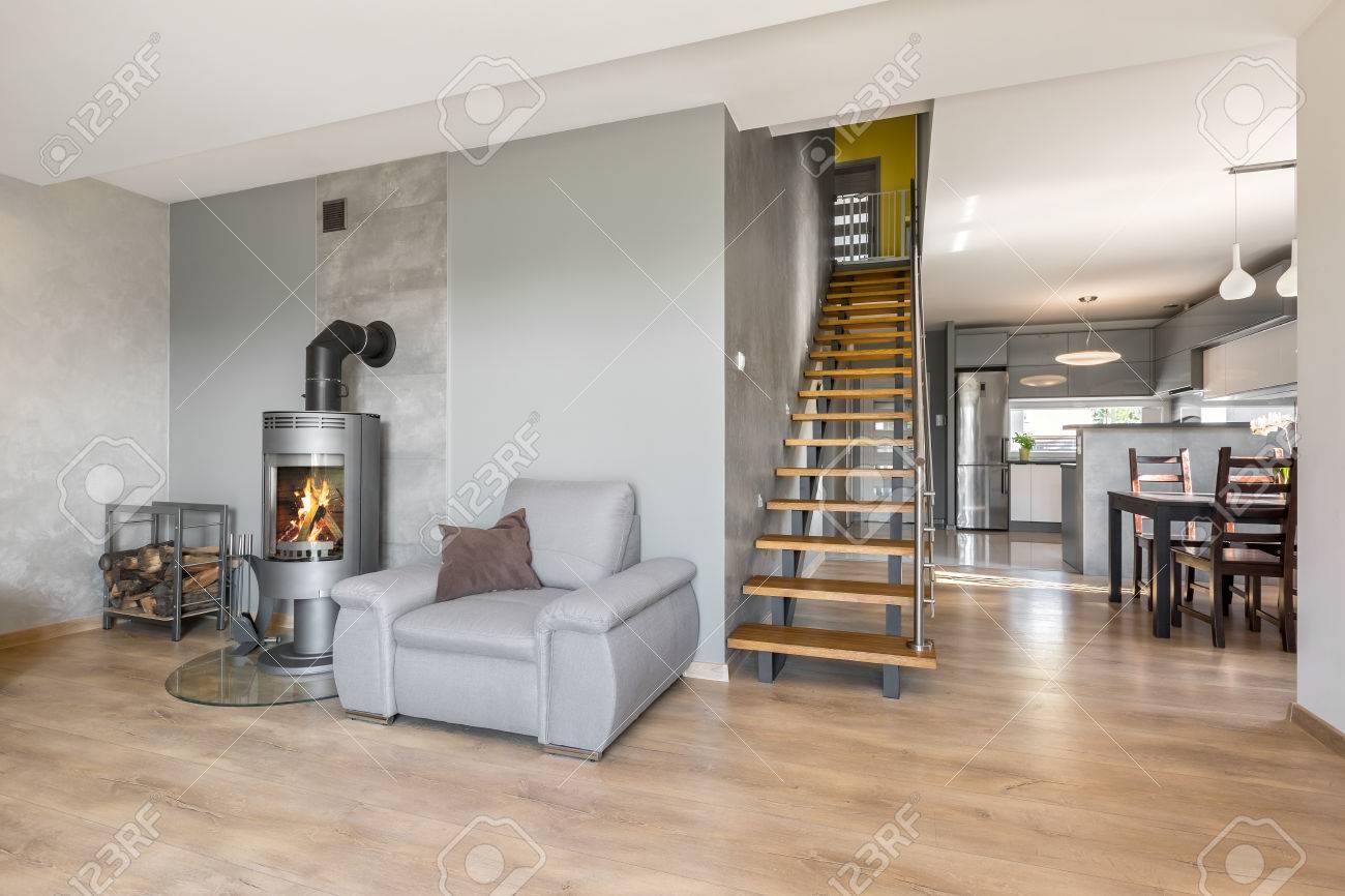 Keuken Met Trap : De moderne flat van de zolder met houten keuken en trap stock