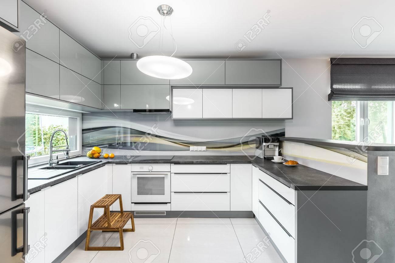 Helle Und Geräumige Küche Mit Weißen Möbeln HochglanzFliesen Und - Weiße hochglanz fliesen