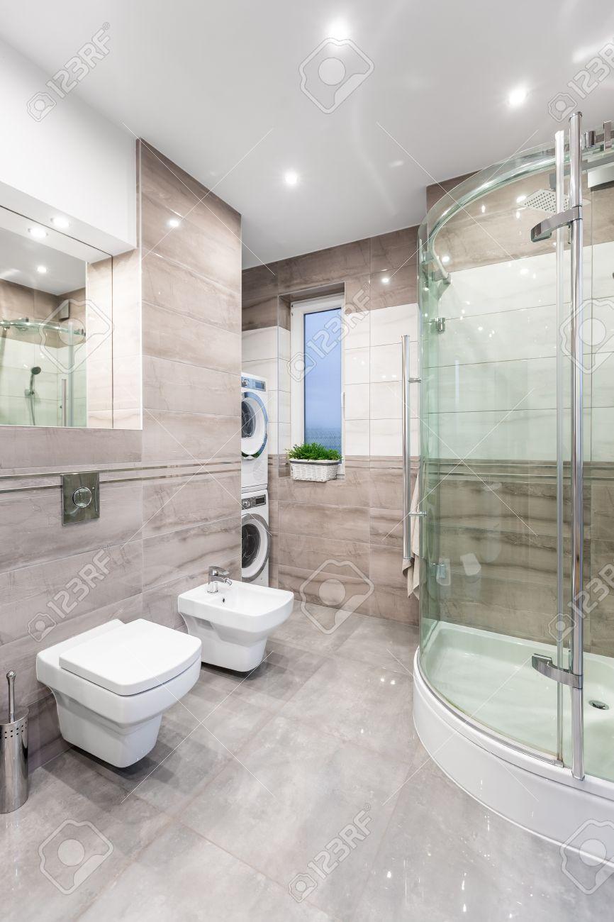 Lave Linge Dans Salle De Bain spacieuse salle de bain haute brillance avec miroir, wc, bidet, douche,  lave-linge et sèche-linge
