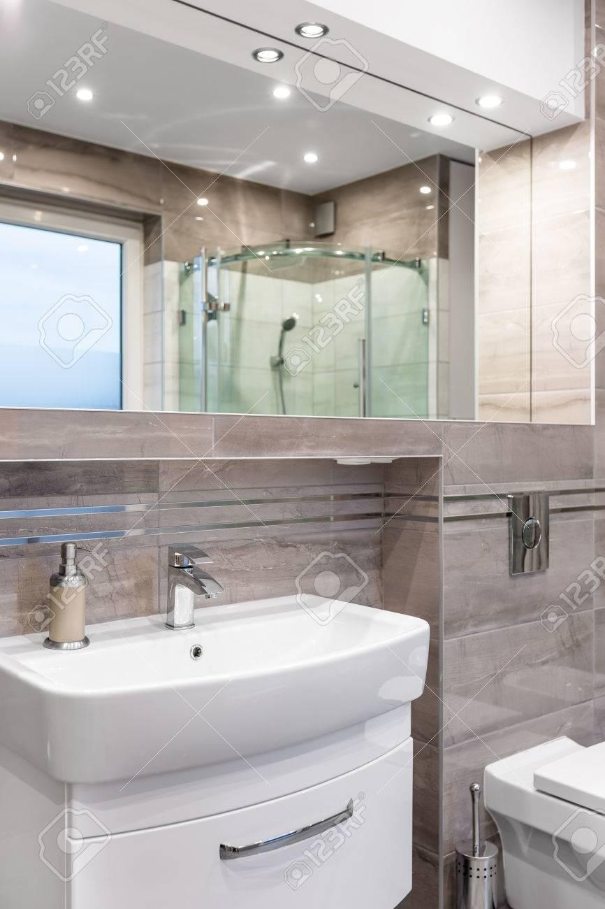 Amplio Cuarto De Baño De Alto Brillo Con Mueble Lavabo, Espejo, Y WC ...