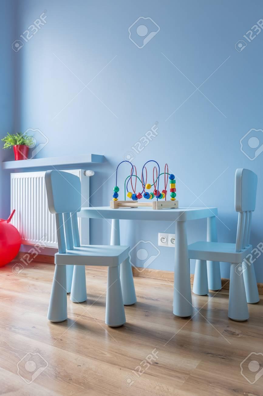 Chambre De Bébé Bleu Avec Une Petite Table Et Des Chaises, Des ...