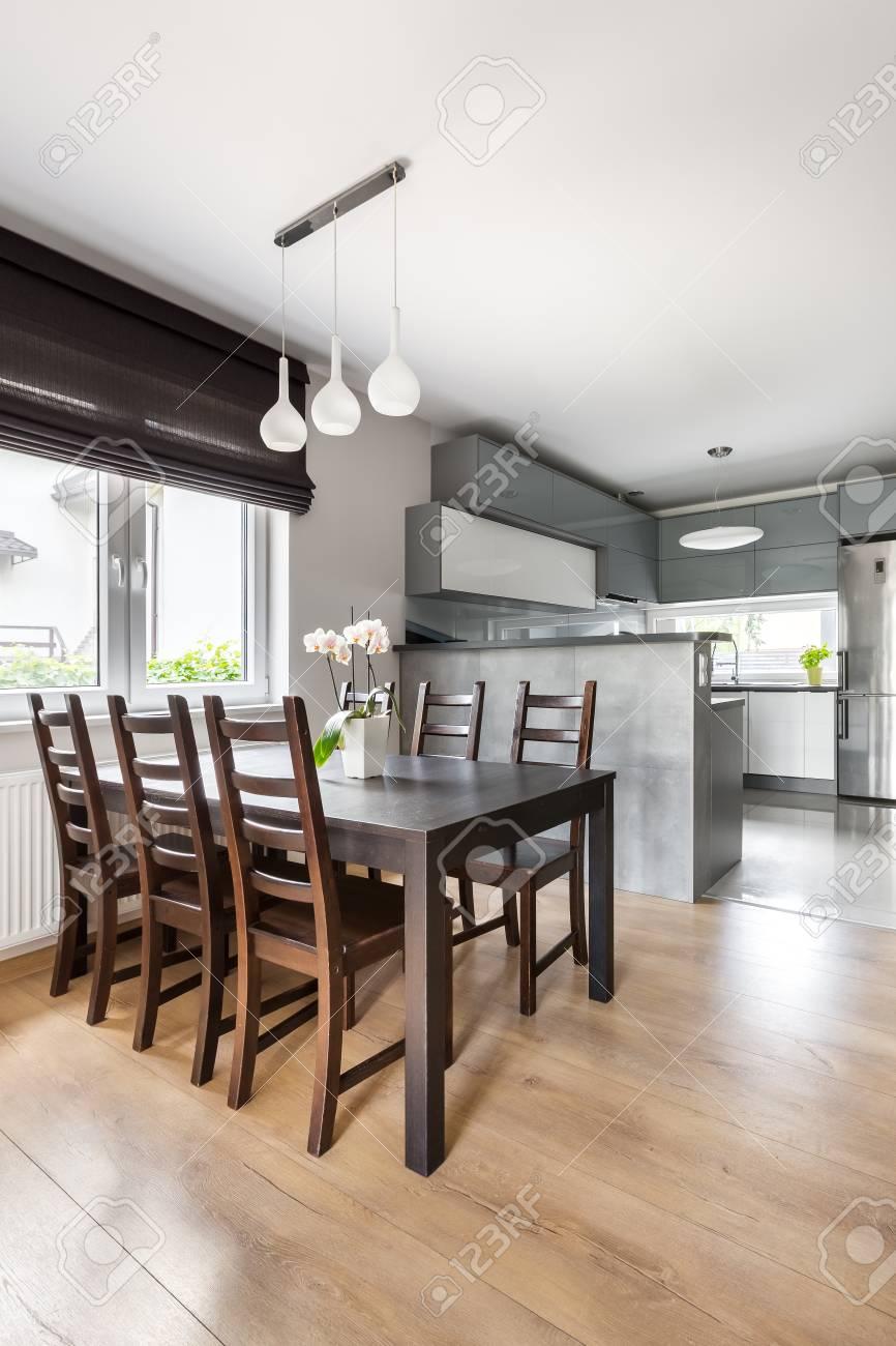 Simple Salle A Manger Avec Table Solide Chaises Lampe Suspension