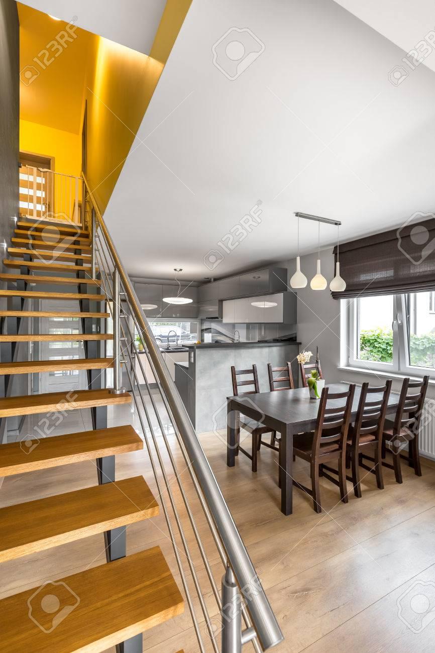 Moderne Wohnung Mit Einfachen Treppe, Essbereich Und Offene Küche ...