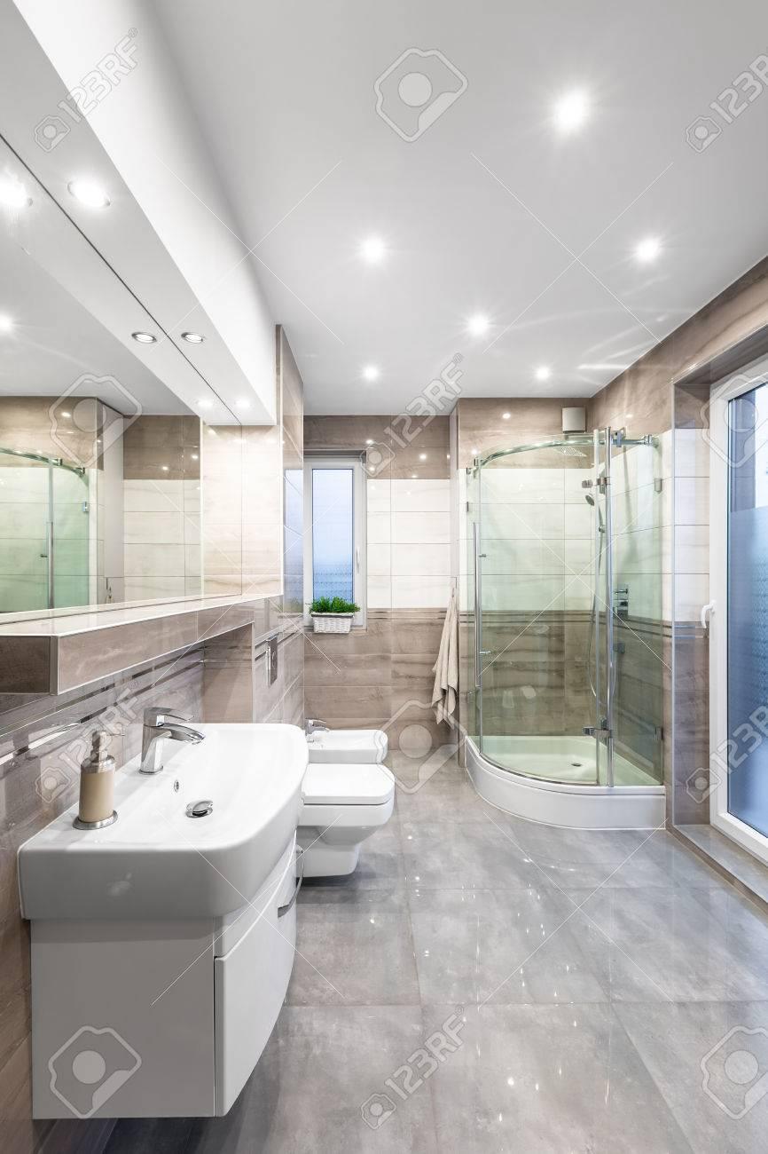 Salle De Bains Ou Toilettes ~ spacieuse salle de bains haute brillance avec vasque miroir