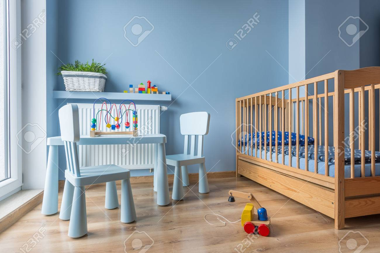 Cosas De Madera Para Bebes.Amplia Habitacion Para Bebes Con Muebles De Madera Cuna Paredes Azules Y Paneles De Piso De Madera
