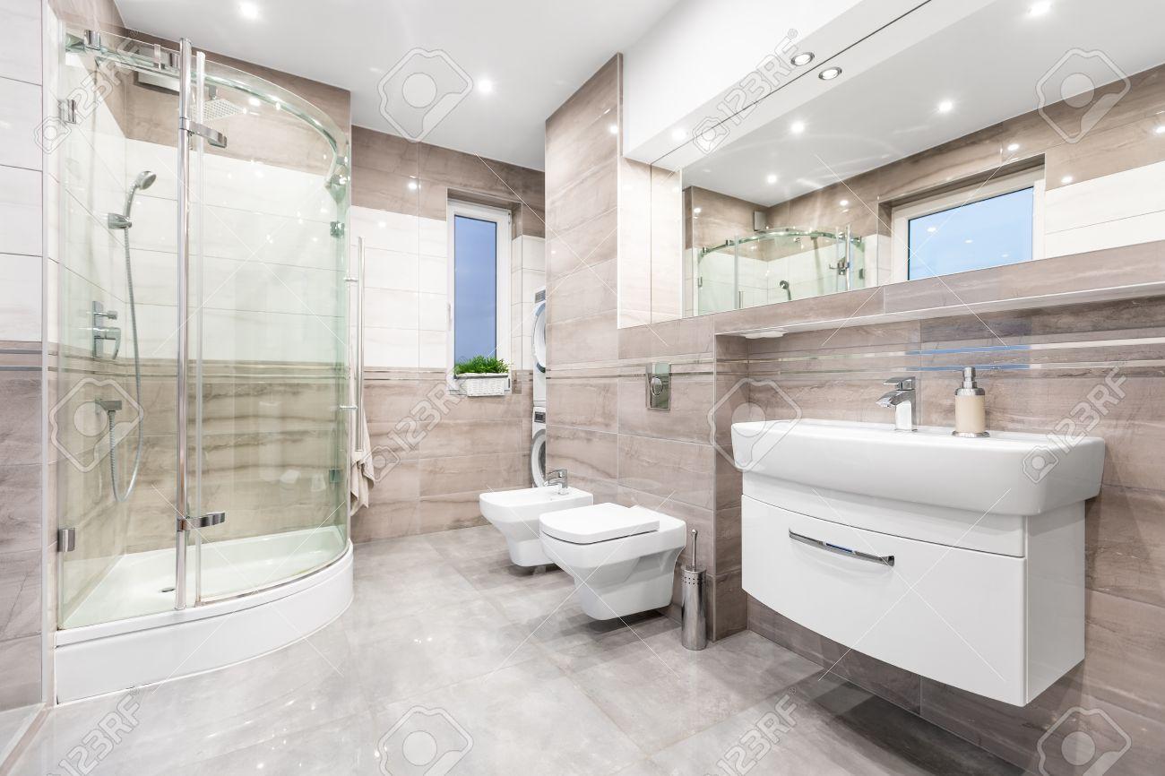 Banque Du0027images   Salle De Bain Beige Moderne Avec Fenêtre, Promenade Dans  La Douche, WC, Bidet, Lavabo Et Grand Miroir