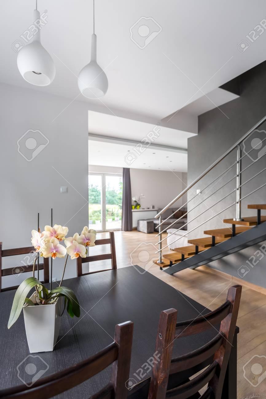 Fesselnde Esstisch Wohnzimmer Referenz Von Foto Von Und Stühlen, Im Hintergrund Liegenden