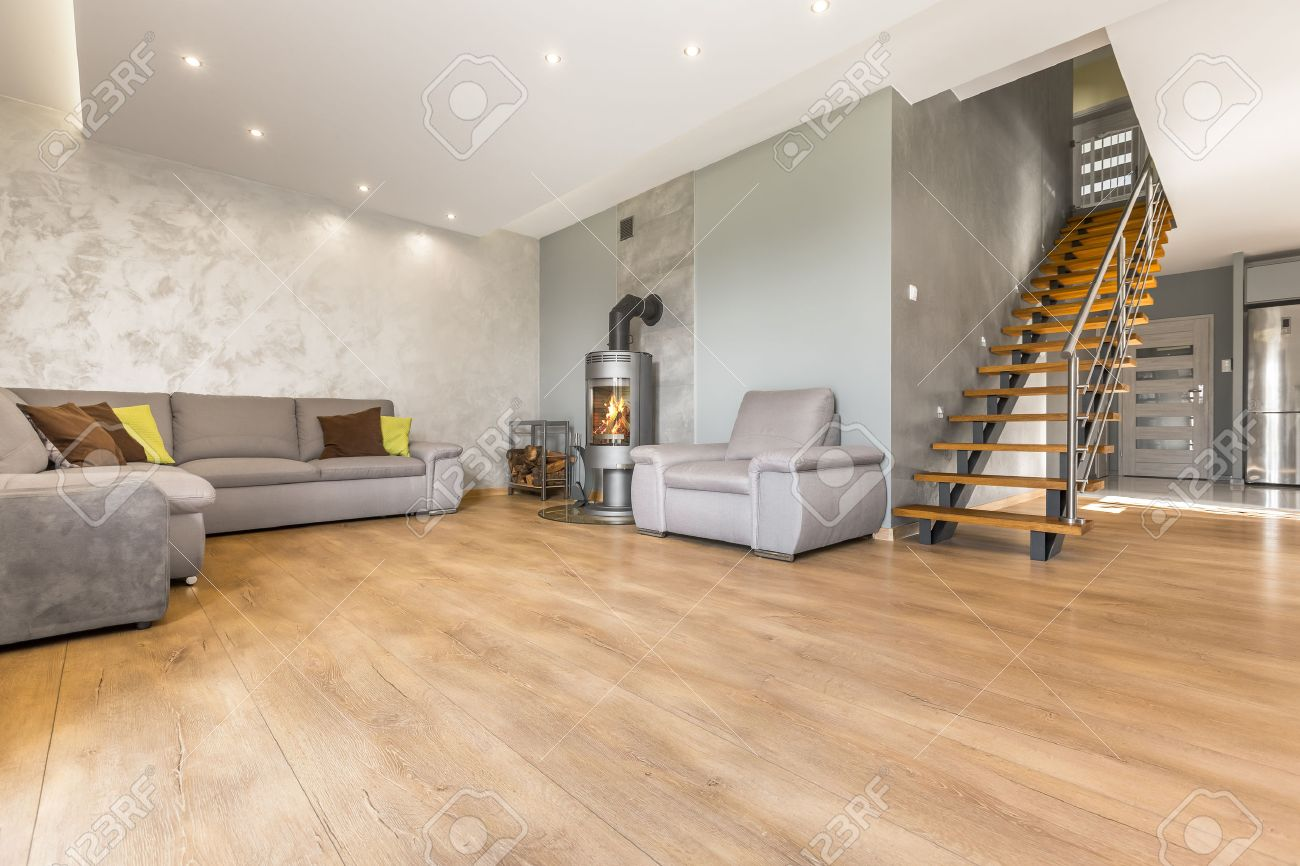 geräumige, offene wohnzimmer mit extra großen sofa, kamin