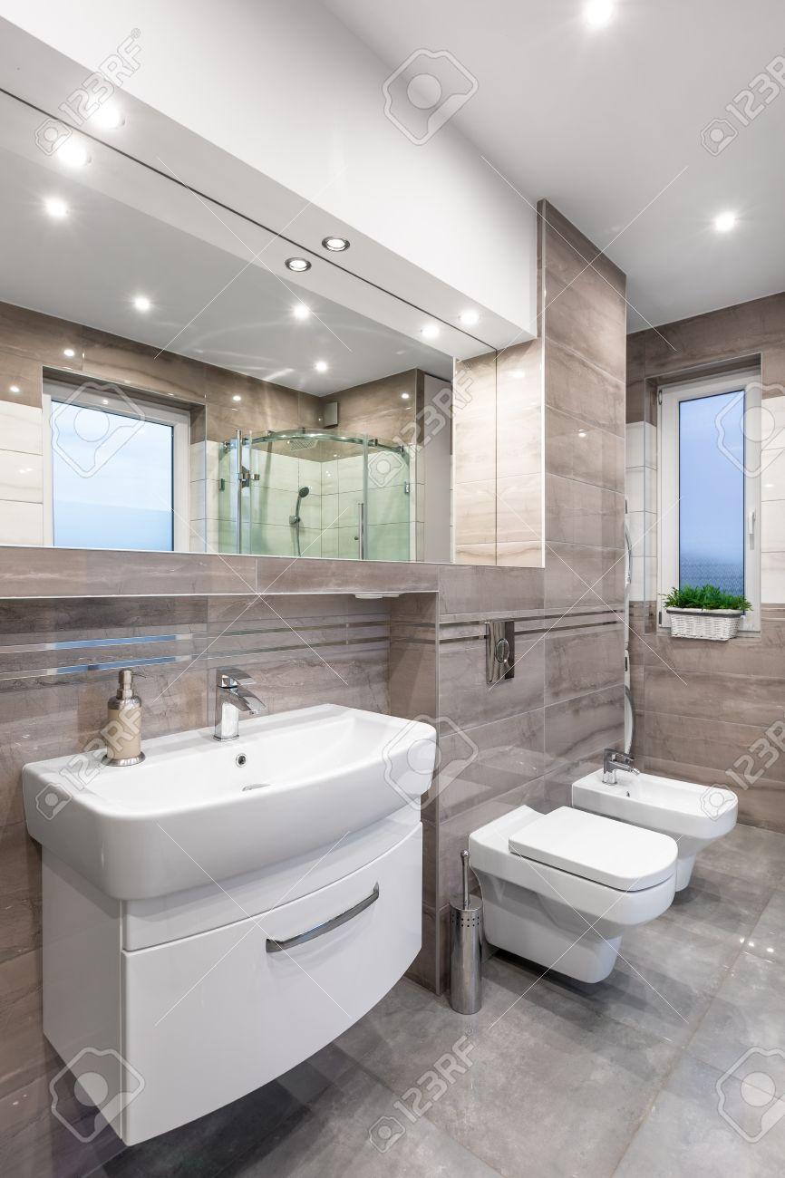 Nouvelle Salle De Bain Design Beige Avec Miroir Lavabo Toilette