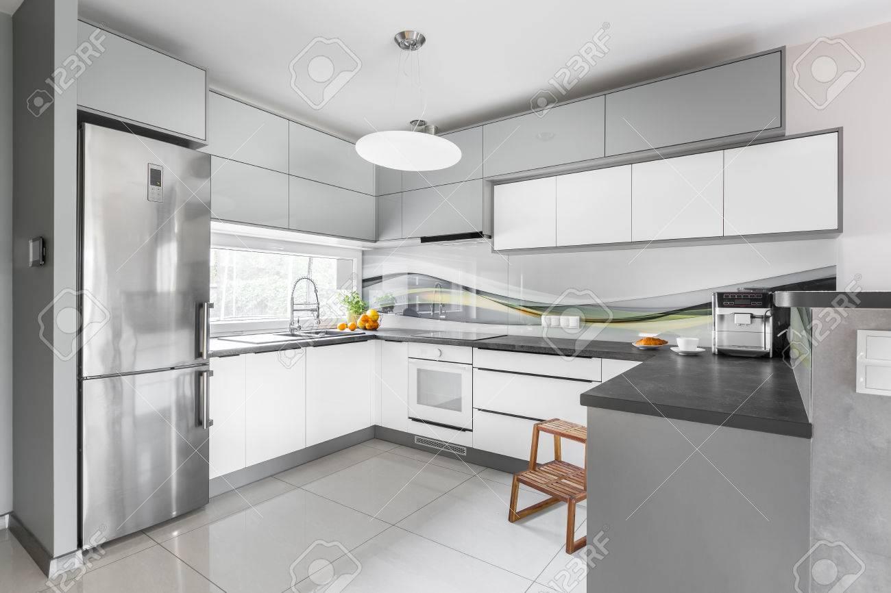 Neuer Stil Licht Küche Interieur Mit Funktionalen Möbeln, Silber ...