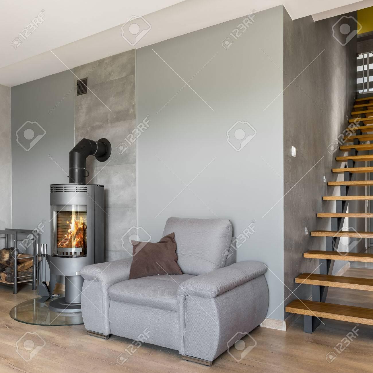 Nuevo Diseño Interior Gris Con Chimenea, Sillón Y Escaleras De ...