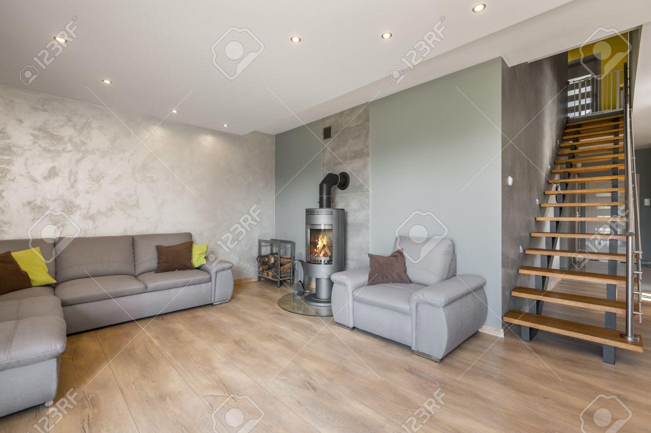 Geräumige, Offene Wohnzimmer Mit Sofa, Kamin, Dekorative Venezianischem  Stuck Und Treppen Standard