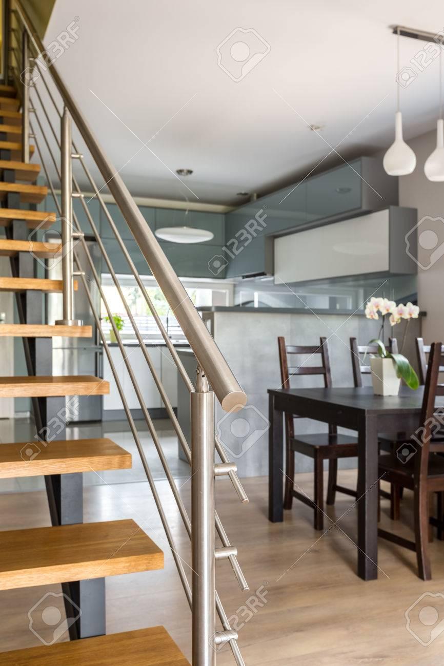 Bild Der Holztreppe Mit Verchromten Geländer, Im Hintergrund Ess-Set ...