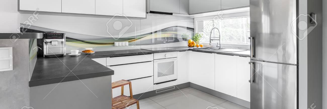 Panorama de la cocina moderna y el diseño con muebles blancos y encimeras  de grises