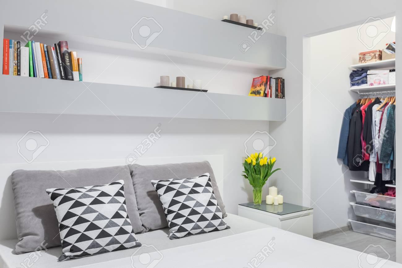 Camera Da Letto Bianco E Grigio : Nuova camera da letto in grigio e bianco con letto matrimoniale e