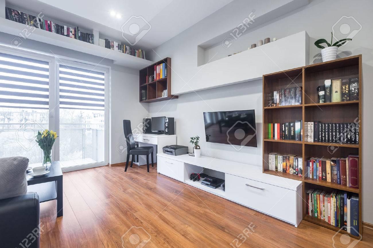 Helle Und Geraumige Wohnzimmer Mit Fenster Tv Bucherregale