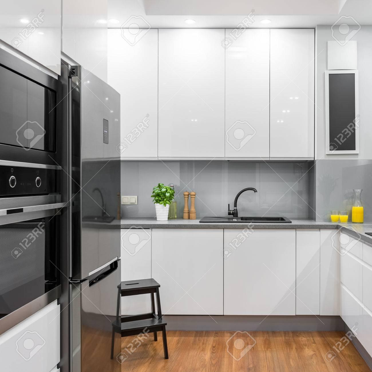 Standard Bild   Weiße Moderne Küche Mit Kühlschrank, Backofen Und Mikrowelle