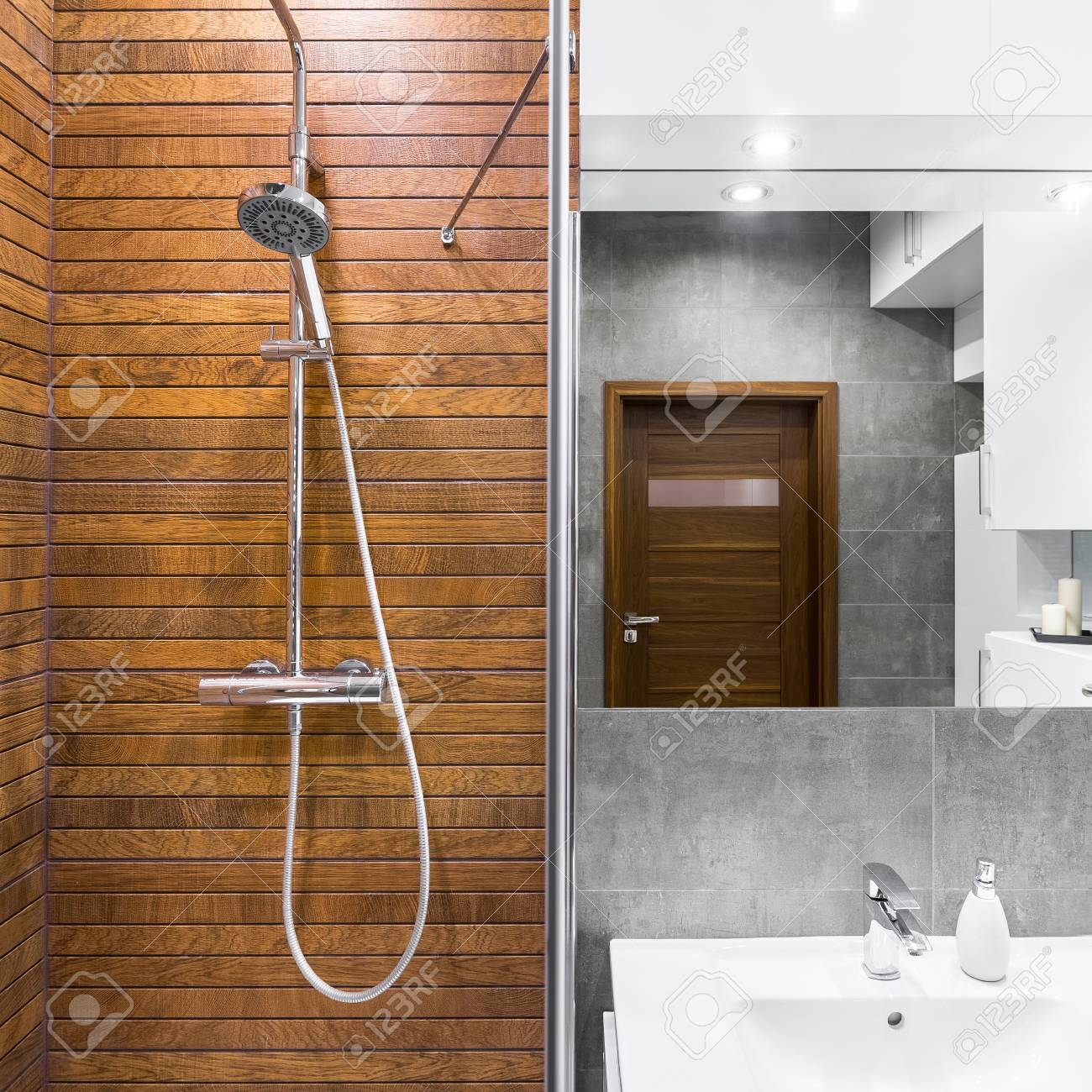 Nuevo Cuarto De Baño De Diseño Con Ducha De Madera, Espejo Y Lavabo ...