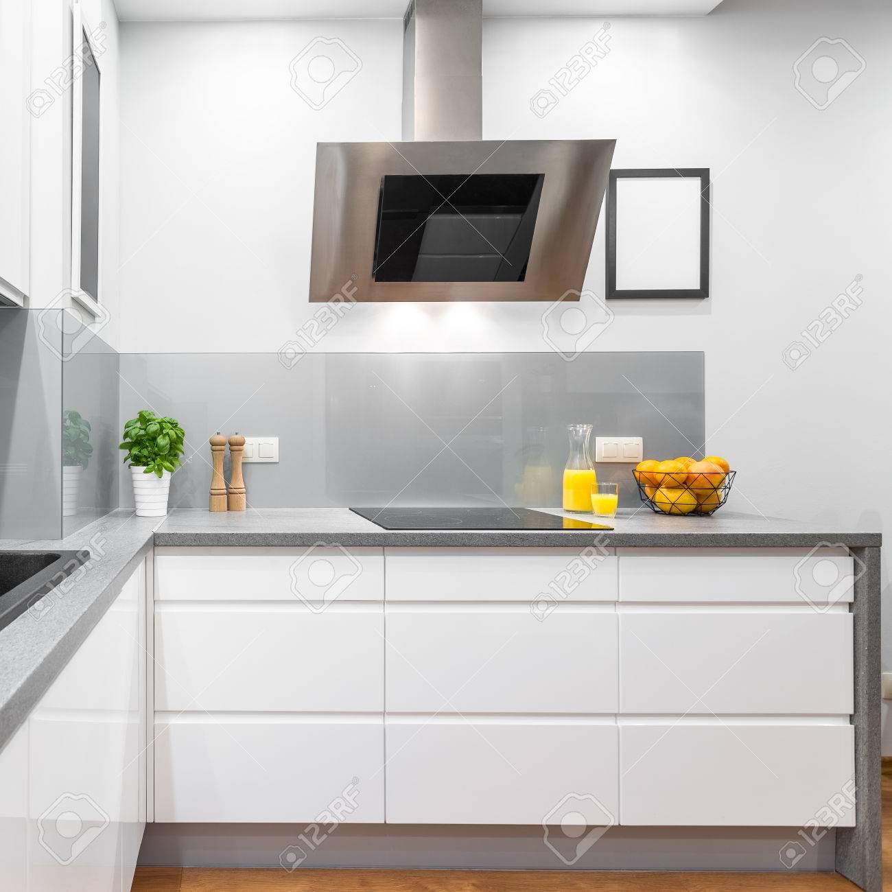 Cocina Con Muebles Blancos Modernos, Encimera De Granito Y Campana ...