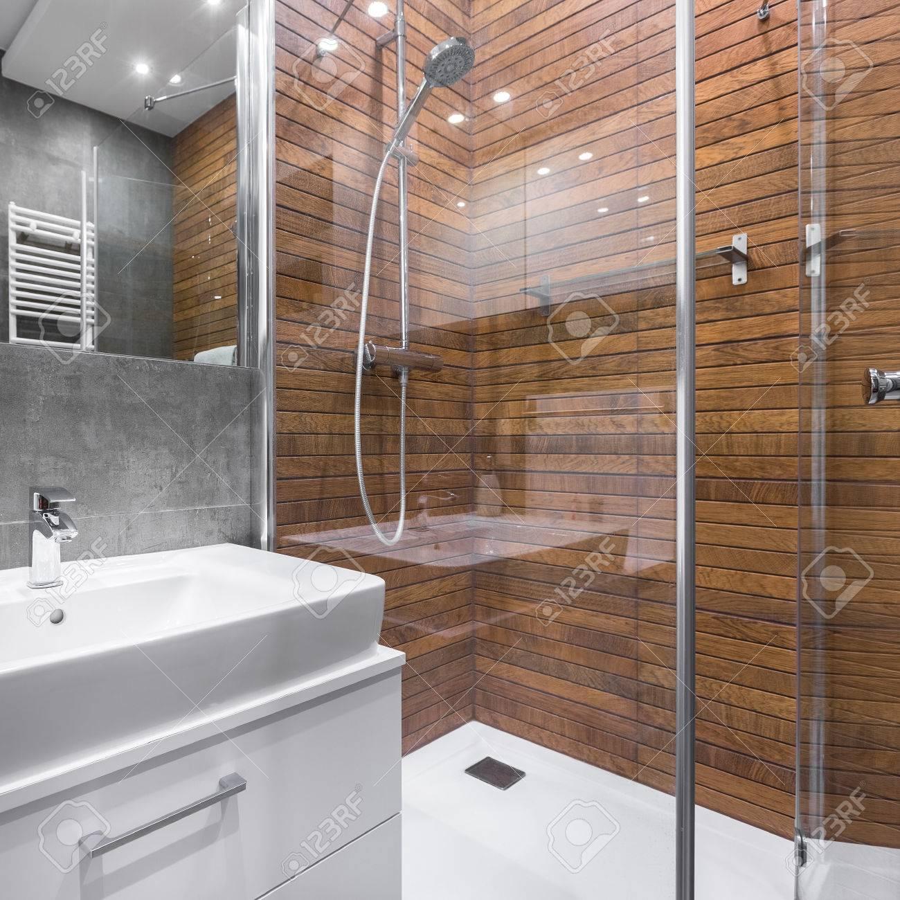 Moderne Badezimmer Mit Holzeffekt Dusche, Spiegel Und Weißen ...