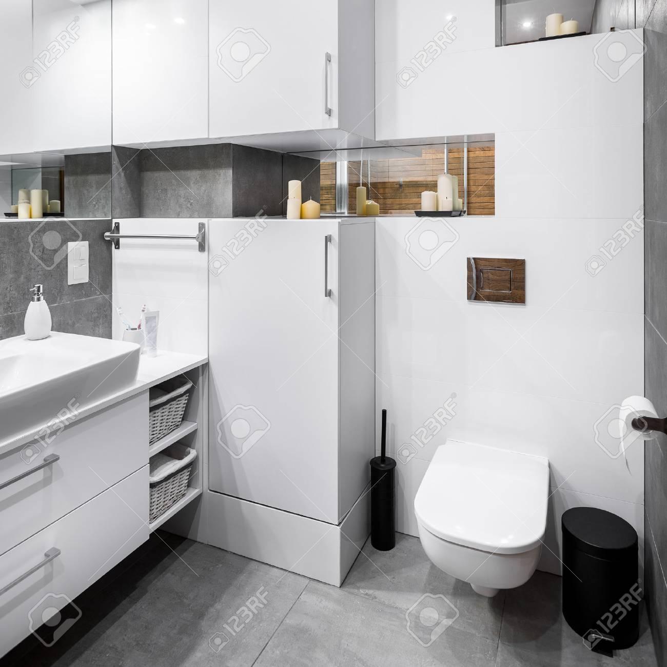 Sympathisch Bad Bodenbelag Beste Wahl Standard-bild - Whiet Hochglanz-bad Mit Funktionalen Möbeln