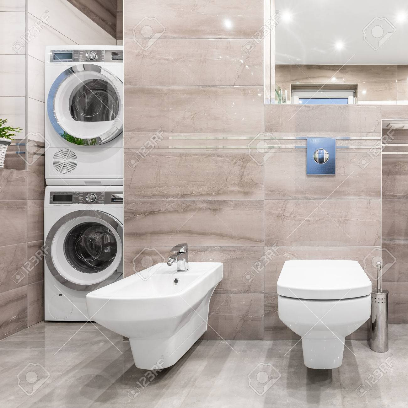 Hochglanz Bad Mit WC, Bidet, Waschmaschine Und Wäschetrockner Standard Bild    67092890
