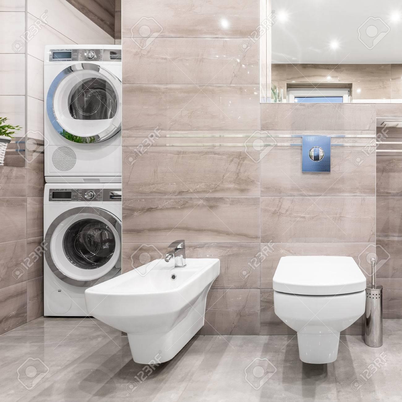 Lave Linge Dans Salle De Bain salle de bains à haute brillance avec wc, bidet, lave-linge et sèche-linge