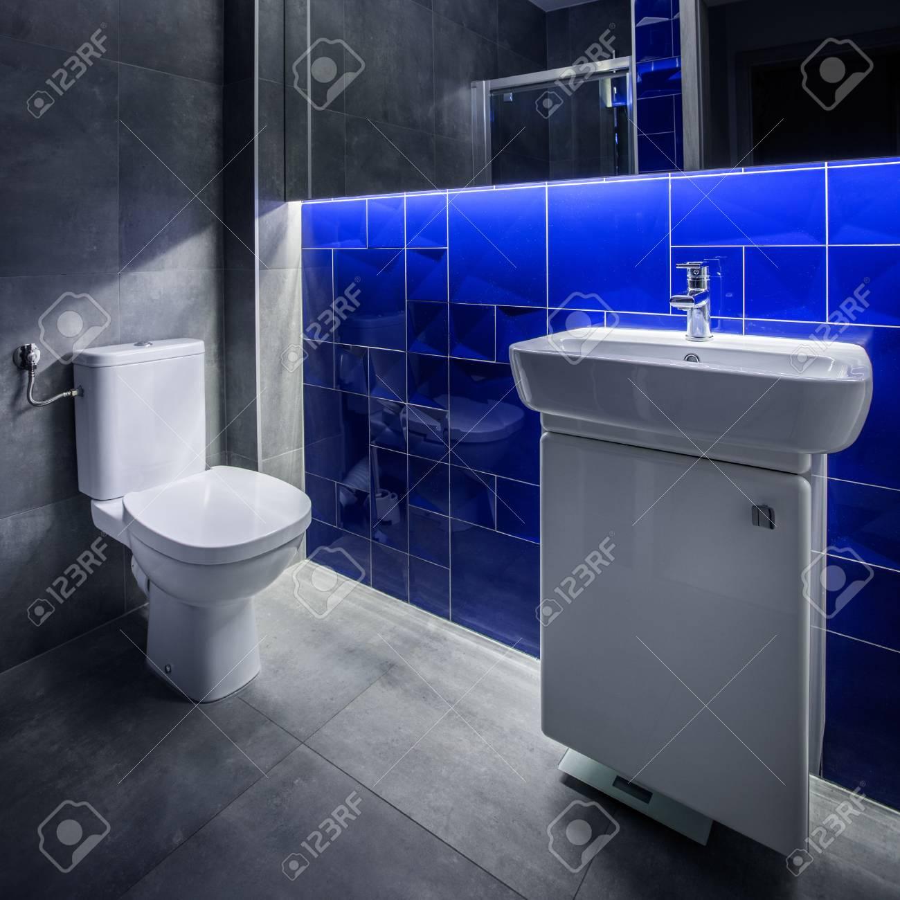 Cuarto De Baño Moderno Con Mueble Lavabo, Inodoro, Espejo Y Suelo De ...