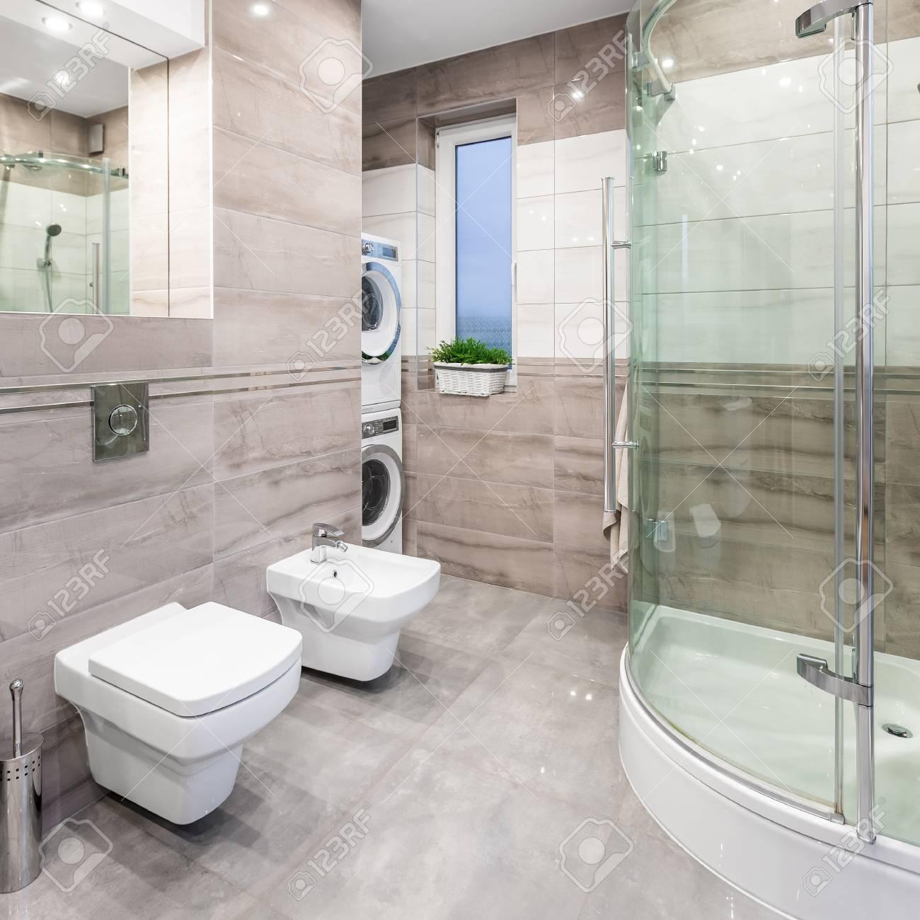 Salle De Bain Spacieuse Avec Miroir Toilette Bidet Douche Laveuse Et Secheuse Banque D Images Et Photos Libres De Droits Image 69343040