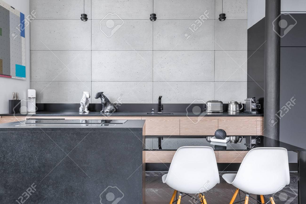 Moderne Küche Mit Schwarzen Tisch, Weiße Stühle Und Graue Fliesen ...