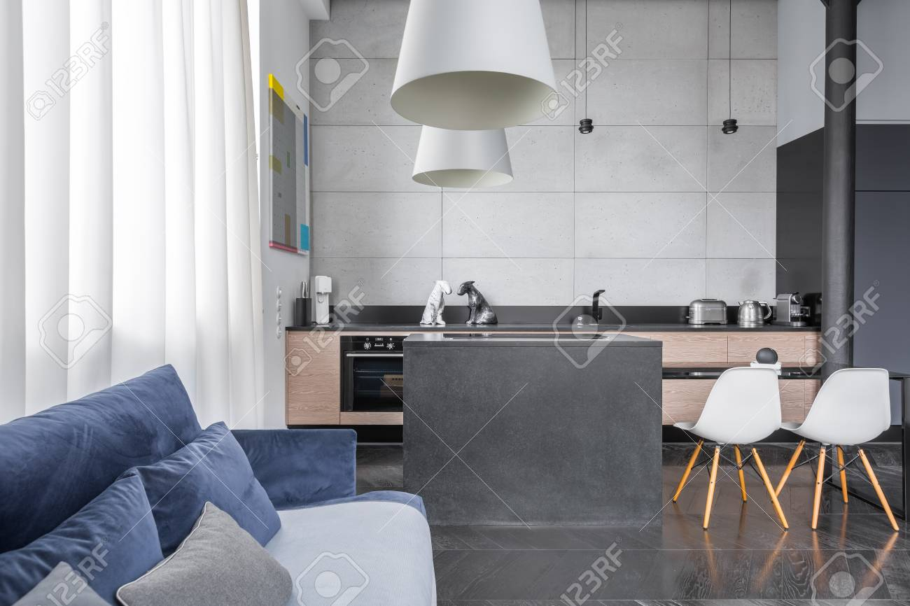 Wohnzimmer Mit Blauem Sofa In Die Kuche Mit Insel Lizenzfreie Fotos