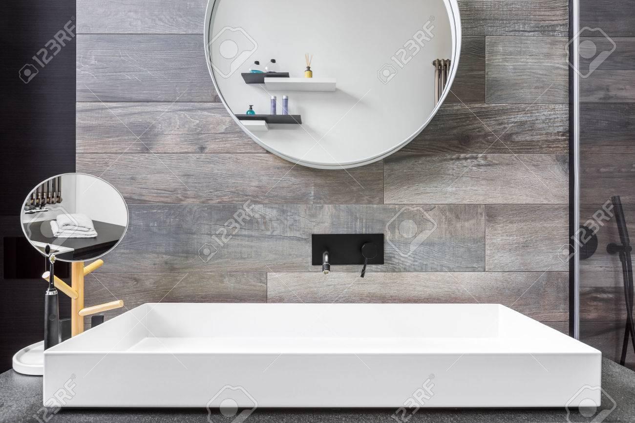 Carrelage De Salle De Bain Gris salle de bain avec lavabo à poser, miroir et carrelage gris