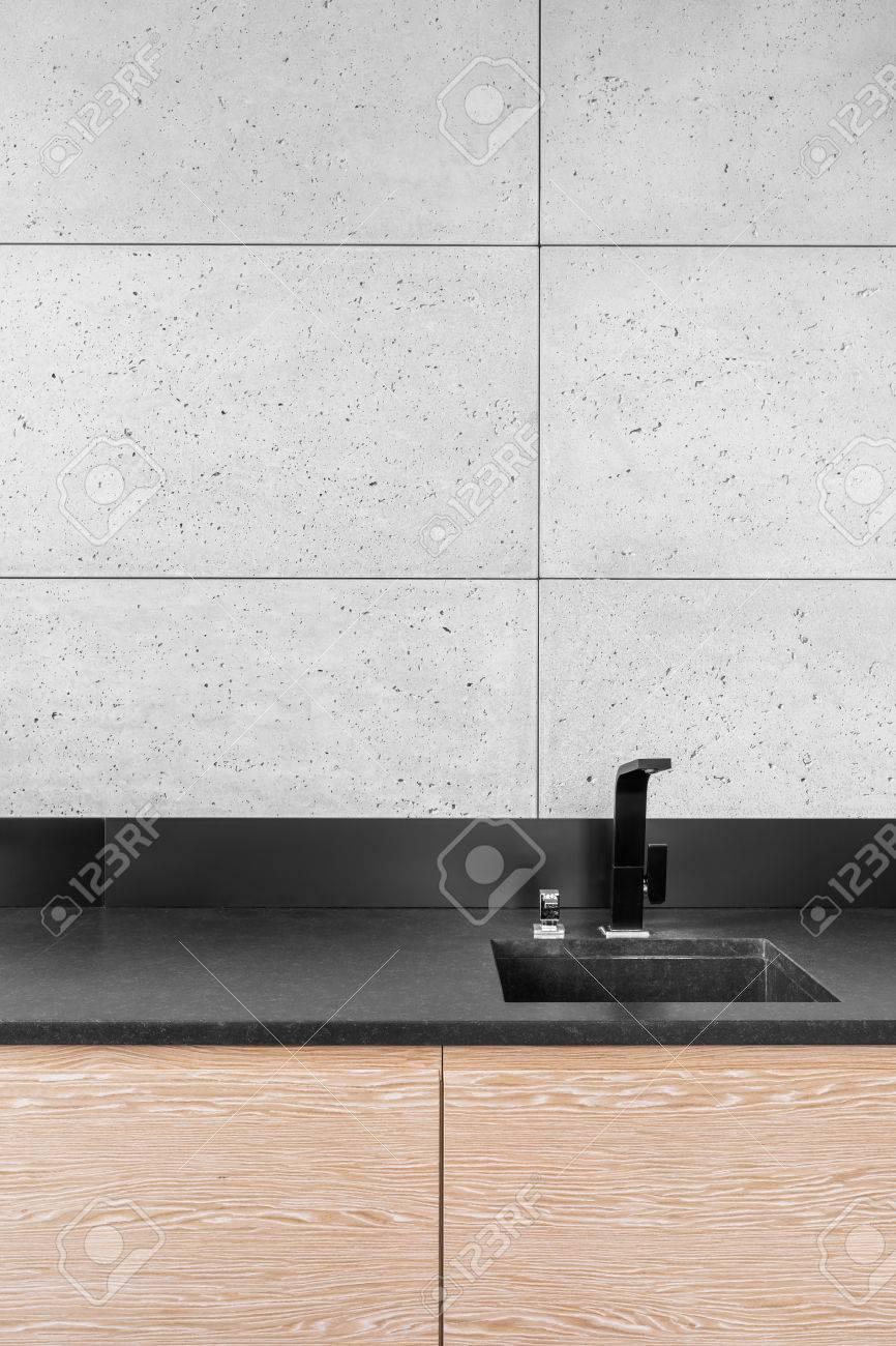 Moderne Küche Mit Grauen Wandfliesen Und Schwarzen Arbeitsplatte ...