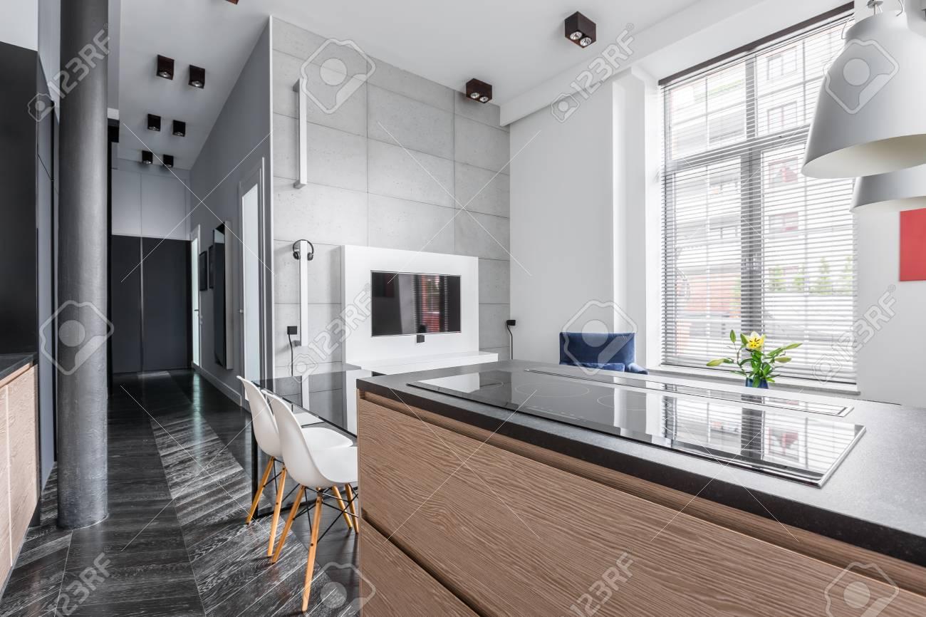 Loft Moderne Avec Cuisine Et Télévision Dans La Salle De Séjour ...