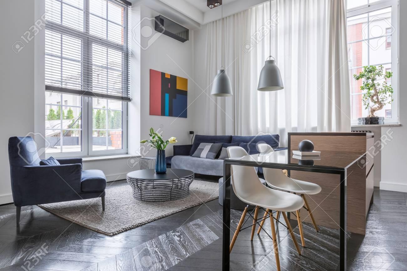 Helles Wohnzimmer Mit Sofa Sessel Und Großen Fenstern Mit Jalousien