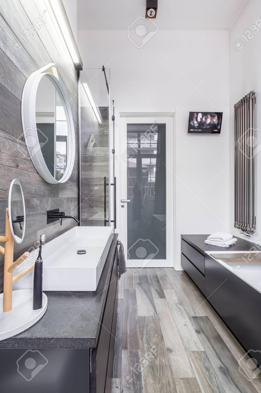 Salle De Bain Marbre Beige Et Bois ~ salle de bain spacieuse avec baignoire t l vision et lavabo banque
