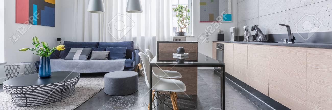 Panorama Der Modernen Wohnung Mit Wohnzimmer Und Offener Kuche