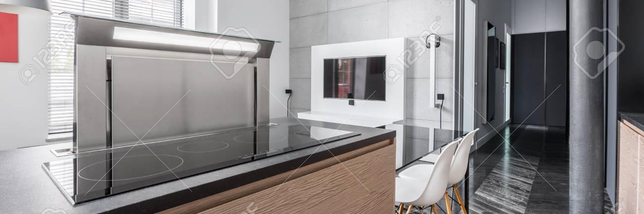 Panorama Der Wohnung Im Industriellen Stil Und Küche Arbeitsplatte Mit  Induktionskochfeld Standard Bild   69582193