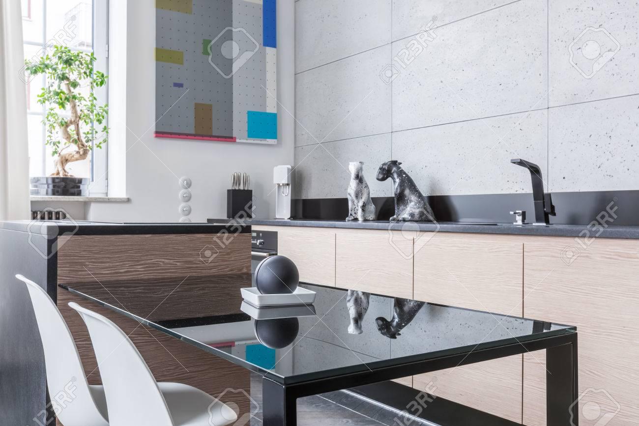 Schwarz Küchentisch Zwei Stühle Und Lange Arbeitsplatte Lizenzfreie