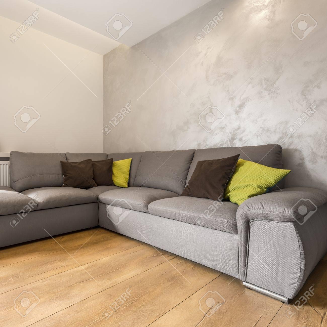 villa wohnzimmer mit extra großem sofa und dekorative