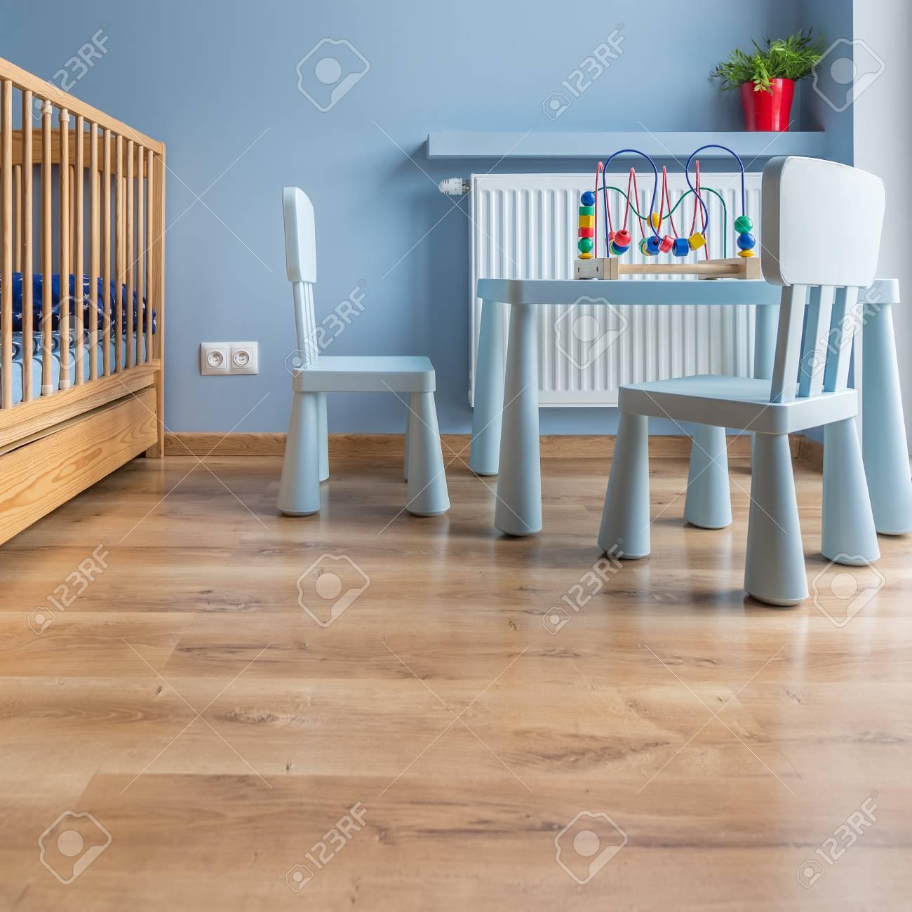 Banque Du0027images   Chambre Du0027enfant En Bleu Avec Lit Bébé, Petite Chaise Et  Table
