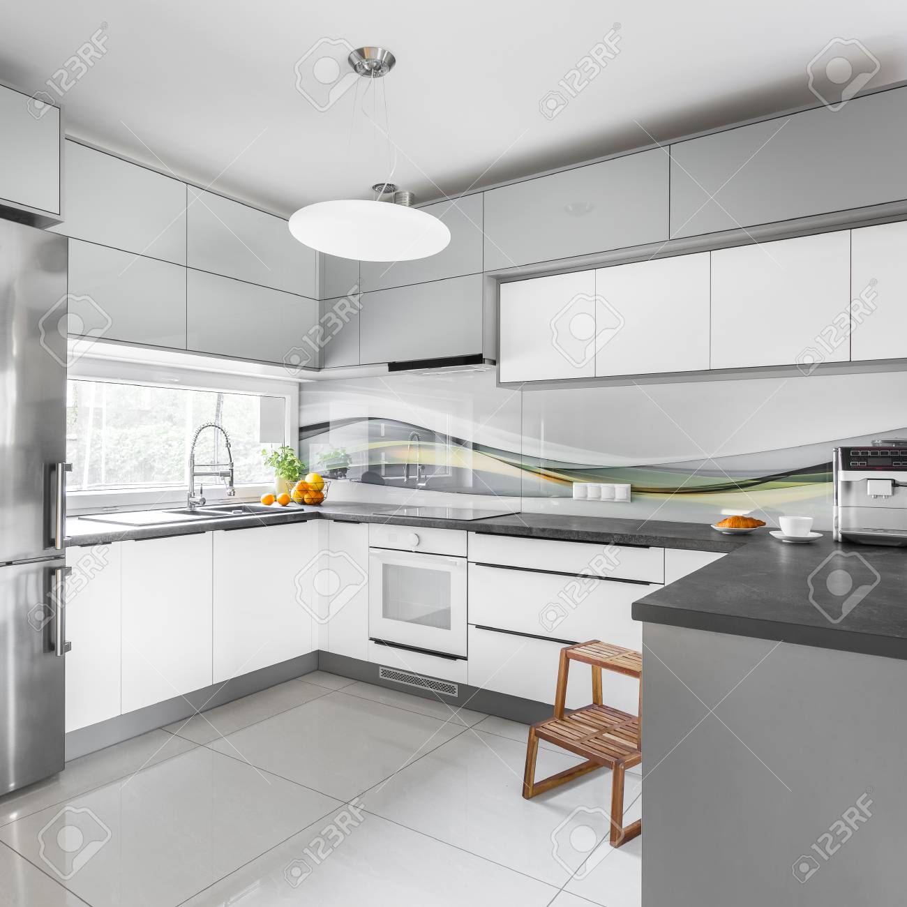 Cocina De Diseño Moderno En Gris Y Blanco Con Taburete De Madera ...